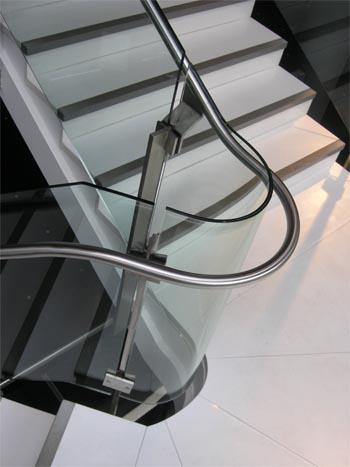 Glasværn til trappe - glarmesteren laver sikre og smukke løsninger til dit hjem.