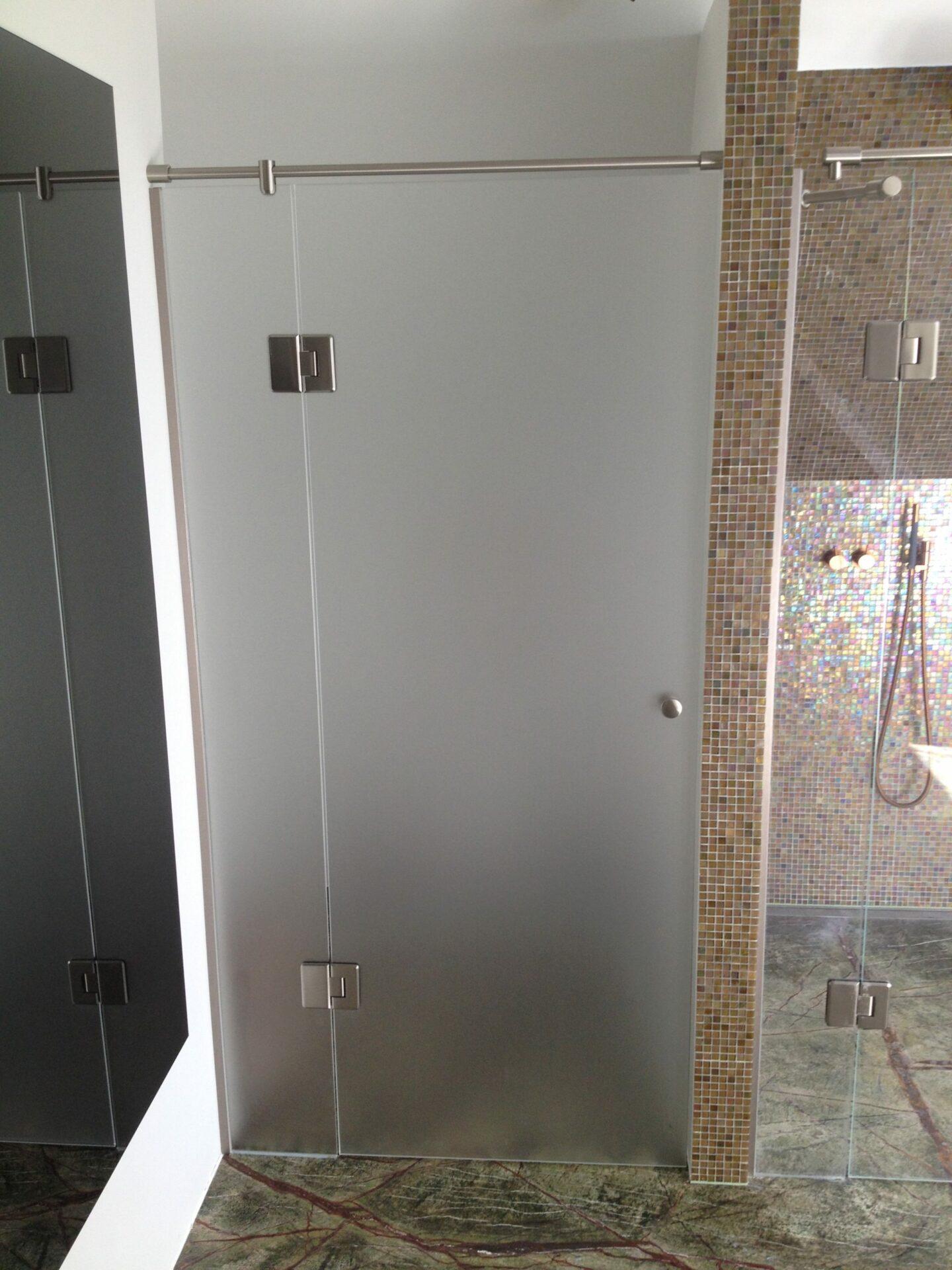 Glarmesteren hjælper med den rigtige løsning i glas på badeværelset