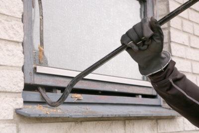 Indbrud sker ofte gennem vinduer - her kan du gøre meget for bedre indbrudssikring